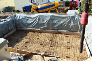 Armierung für den Betonboden eines neuen Pools
