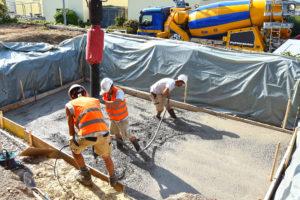 Fundament mit Beton füllen für den Poolbau