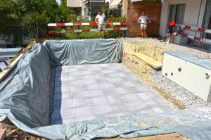 Isolierung für das Poolbecken im Privatgarten