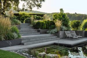 gartengeplaetscher-wohngarten-mit-schwimmteich-natuerlich-gereinigtes-wasser-3